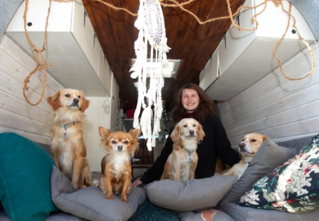 Marie Schuldes lebt mit ihren vier Hunden Athina, Tiama, Lefka und Zeus (v.l.n.r.) in einem ausgebauten Opel Movano.