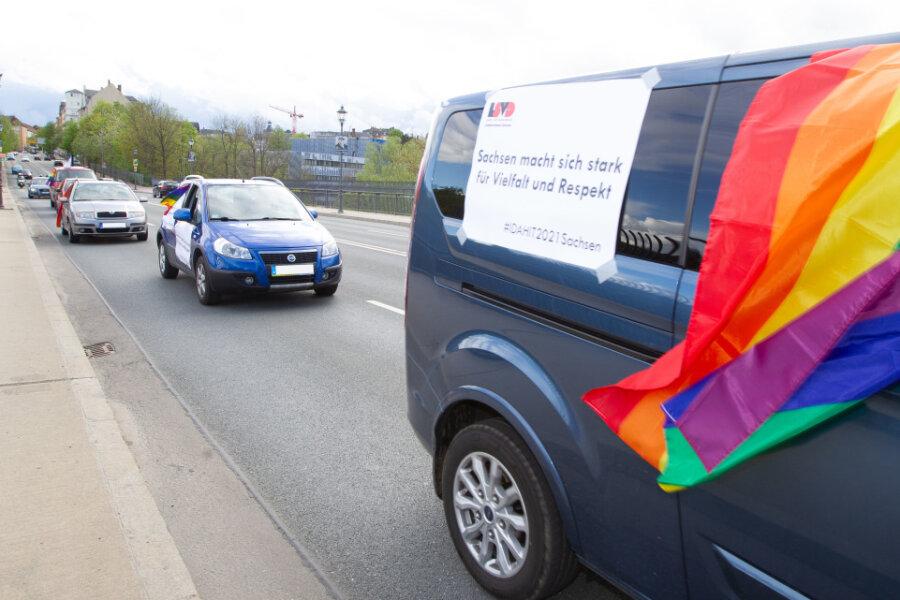 Aktion für Toleranz: Regenbogenfahne führt in Plauen Autokorso an