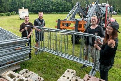 Am Mittwoch begannen Vereinsmitglieder, zu denen Anna Egert, Martin Kraus, Sebastian Zander und Anne Kraus (v. l.) gehören, mit dem Aufbau auf dem Festivalgelände.