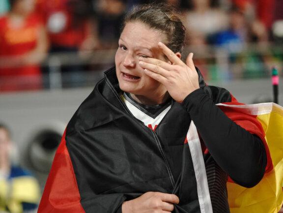Christina Schwanitz aus Deutschland jubelt über Bronze im Finale und wischt sich eine Träne aus dem Auge.