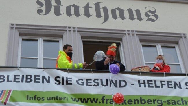 Das gleiche Bild zur selben Zeit in Frankenberg: Stadtchef Thomas Firmenich seilt den Schlüssel vom Rathausbalkon ab.
