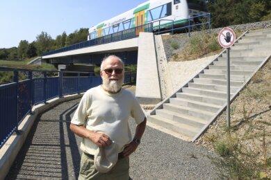 Ein winziges Stück Elsterradweg befindet sich unter dieser Bahnbrücke in Altchrieschwitz. Der Plauener Radler und Kommunalpolitiker Klaus Gerber (Grüne) forderte schon 2018 den überfälligen Bau. Der soll nun endlich Anfang 2021 auf 1,4 Kilometer Länge zwischen Hammerplatz und Friesenweg erfolgen.