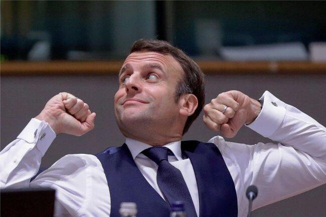 Der französische Präsident Emmanuel Macron dehnt sich nach der nächtlichen Verhandlungssitzung beim Gipfel der EU-Staats- und Regierungschefs.
