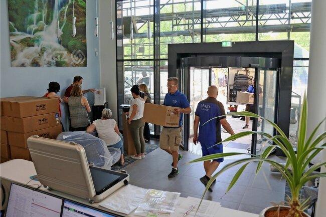 1500 Kartons müssen von der Parkstraße in die Gewandhausstraße geschafft werden.