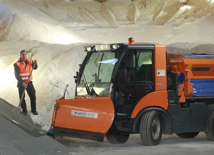 Maik Neubert, im Stadtbauhof Vorarbeiter im Bereich Grünanlagen, hat einen Multicar-Geräteträger ins Salzlager gefahren, wo die Winterdienst-Fahrzeuge beladen werden. 600 Tonnen Streusalz sind eingelagert - trotz der Hoffnung auf einen weniger strengen und langen Winter.