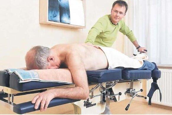 Wilfried Kramer (73) aus Dresden hat sich mehr als ein Jahr mit dumpfen Schmerzen geplagt. Bei Drehungen schoss es ihm blitzartig in den Rücken. Weil Massagen, Spritzen oder Tabletten nicht halfen, ging er zum Osteopathen Jürgen Förster. Nach gründlicher Untersuchung einschließlich MRT-Diagnostik stand fest, dass die Bandscheibenzwischenräume stark verengt waren, wodurch die Nerven gedrückt wurden. Mit einer speziellen Bandscheibenliege wurde der Bereich im Rücken aufgedehnt. Nach fünf Behandlungen war Kramer schmerzfrei.
