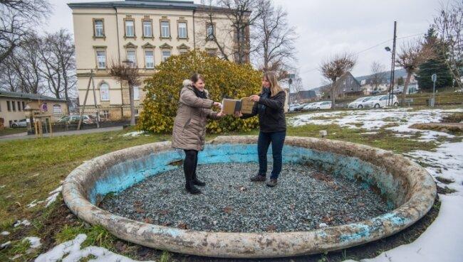 Wiebke Arnold, Pressesprecherin der Stadt Thalheim, und Katja Kircheis, Inhaberin der Villa Neukirchner am großen Brunnen.