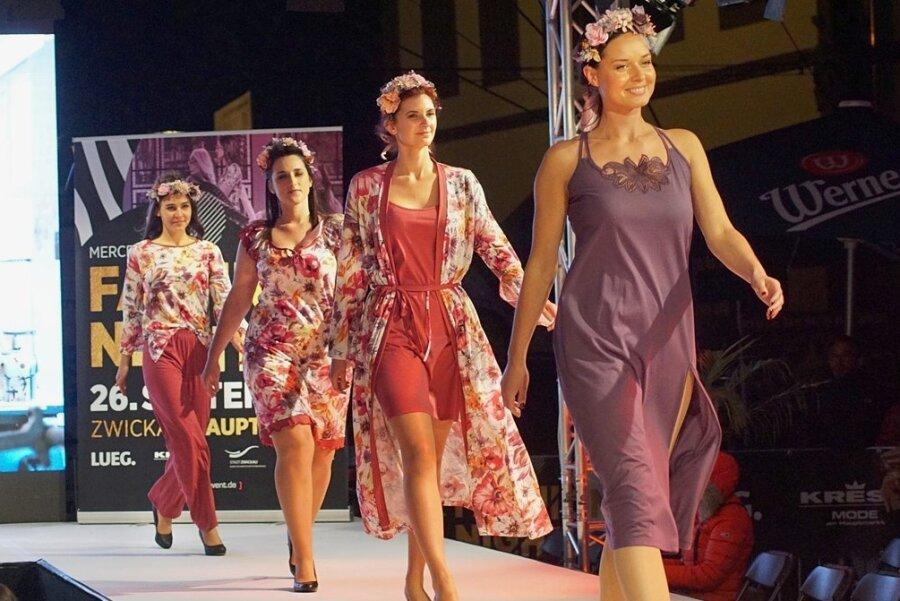 Die Models zeigen die Nachtwäsche der Marke Graziella aus der Kollektion von Sara Linke.