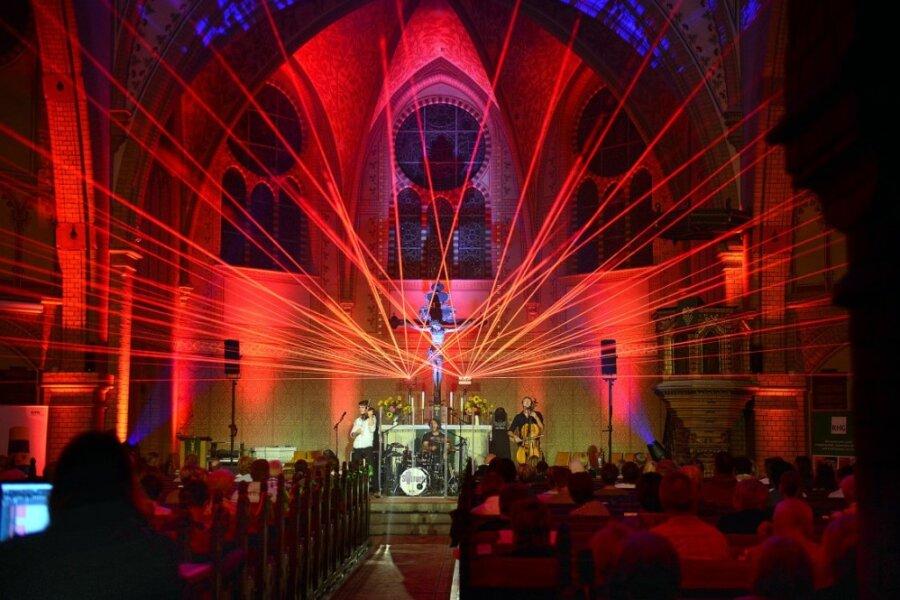 Lichtspektakel und Musik füllen die Hainichener Trinitatiskirche