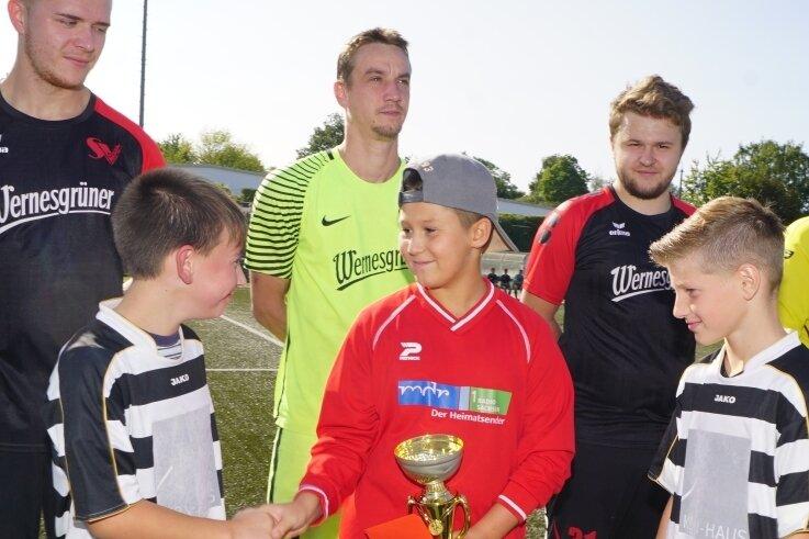 Nick-Jason Günther durfte sich auch über Glückwünsche seiner früheren Mitspieler Danny Pötzl (links) und Jamy Möckel freuen.