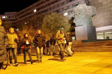 Die Protestierenden waren am Montagabend zunächst vor dem Karl-Marx-Monument an der Brückenstraße auf und ab gegangen, bevor ein Großteil von ihnen zum Neumarkt weiterzog.