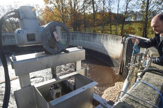 Mitarbeiter André Stoll kontrolliert die mechanisch-biologische Kläranlage in Mühlau. Der Betreibervertrag soll neu geregelt werden.