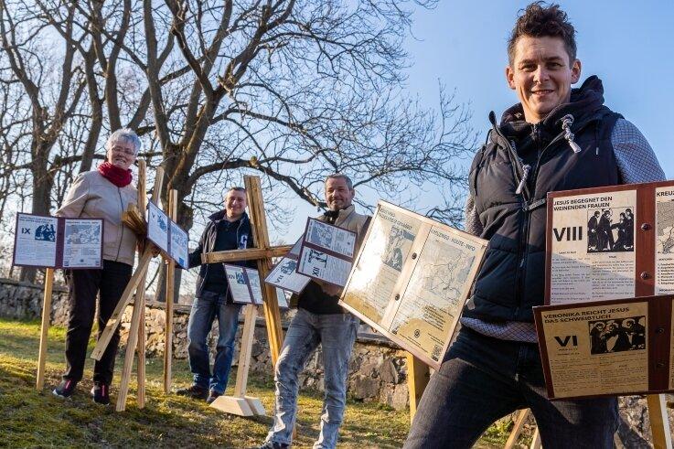 """Haben gemeinsam den Kreuzweg zwischen den """"Kirchen am Berg"""" markiert (von links): Giesela Dunger aus Schnarrtanne (66), Steffen Wolf (46) ausWernesgrün, Dirk Klötzer (43) aus Rothenkirchen und Pfarrer AlexanderFelchle (37)."""