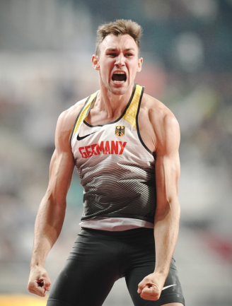 Niklas Kaul aus Deutschland jubelt nach seinem gelungenen Sprung im Stabhochsprung.