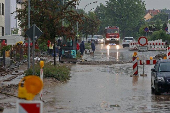 Die braune Brühe lief auf die Forststraße in Meerane, weshalb sich die eigentlich für Samstag geplante Verkehrsfreigabe auf Dienstag verschiebt.