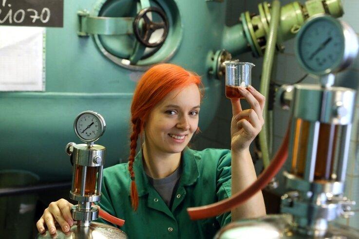 Anja Wurlitzer stellt als Destillateurin in Meerane unter anderem auch Mocca-Edel her.