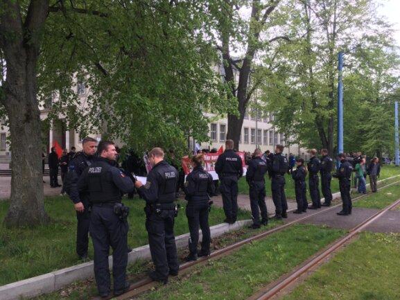 Die Polizei trennt Gegendemonstranten vom Pro-Chemnitz-Bürgerfest.