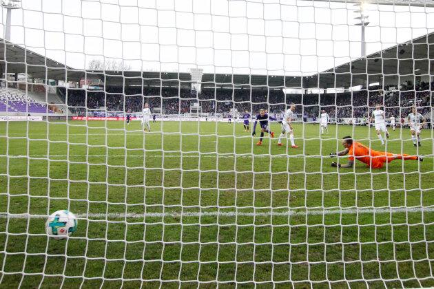 Cebio Soukou (19) erzielt für die Auer den Treffer zum 1:0.