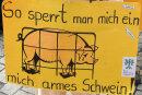 """Tierschützer im Schweinekostüm bei der Demonstration """"Mia ham's satt"""": Foodwatch kämpft gegen das Leid von Tieren, die in Riesenställen leben."""