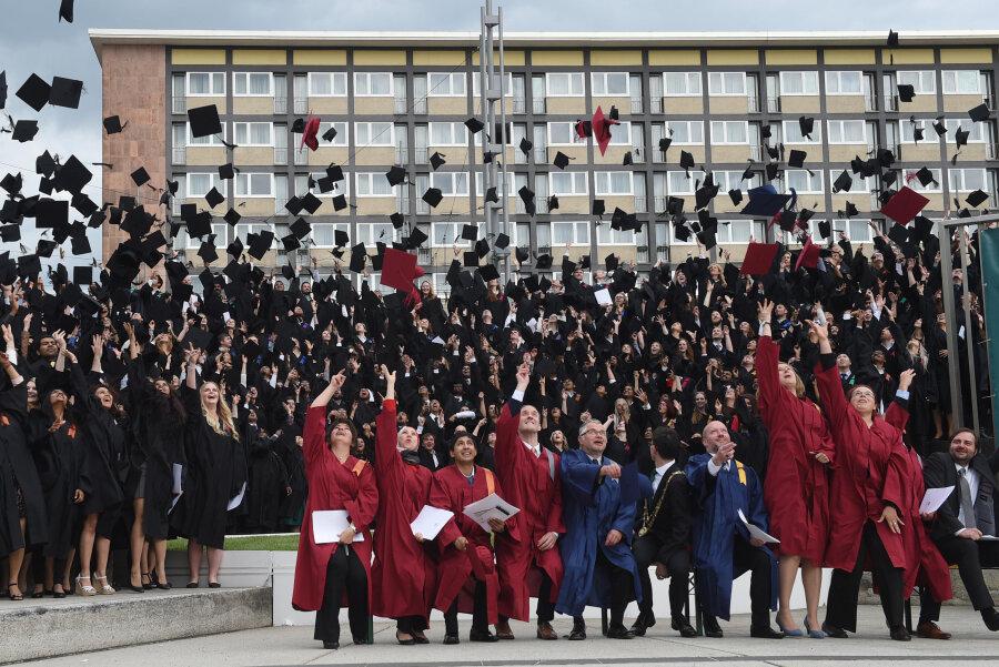 Eigentlich ist das Werfen der Barette nach bestandenem Abschluss eher eine Tradition amerikanischer Universitäten. Mittlerweile hat sie auch an hiesigen Universitäten Einzug gehalten - so wie hier an der TU Chemnitz 2017.