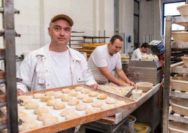 """Bäckermeister Daniel Sachse in seiner Bäckerei in Erlau, wo gerade Brötchen für den nächsten Tag vorbereitet werden. Er sagt: """"Viele drängt es eher zum Studium oder in die Verwaltung statt ins Handwerk."""""""