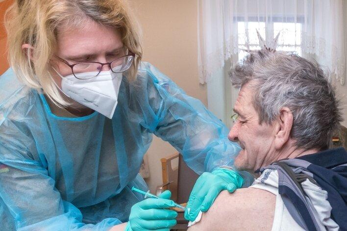 Silke Rathenow vom mobilen Team der Bundeswehr hat einen Bewohner des Pflegeheims in Dörnthal geimpft.