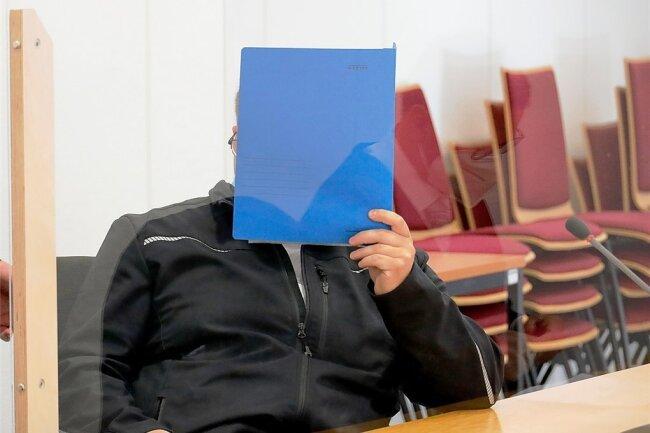 Der Angeklagte Robby P. hüllte sich zum Prozessauftakt in Schweigen. Sein Anwalt aber stellte dem Komplizen Heiko G. die eine Frage.