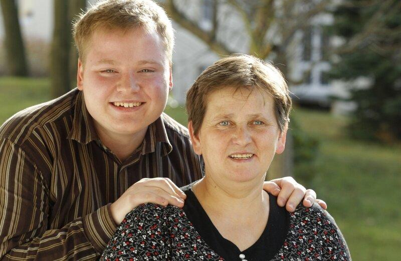 """<p class=""""artikelinhalt"""">Thomas Lohse weiß, was er an seinen Eltern hat: Mutter Christina ist Hausfrau und somit stets für ihre beiden Jungs da. Vater Andreas ist Autobauer, und er ahnte schon immer, dass sein Großer seinen Weg gehen wird. Dass dieser ihn auf die Showbühne führt, macht ihn besonders stolz. </p>"""