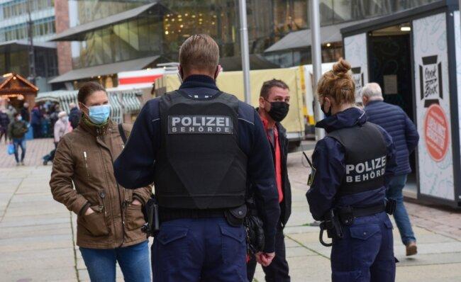 Mitarbeiter der Polizeibehörde bei ihrem Rundgang am Mittwoch. Sie kontrollierten die Einhaltung der Maskenpflicht in den Fußgängerzonen und stellten dabei nur wenige Verstöße fest.
