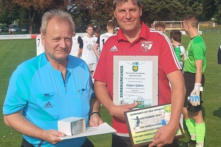 Stefan Gäbler (rechts) vom 1. FC Rodewisch ist der Ehrenamtler des Monats September des Vogtländischen Fußball-Verbandes. Die Ehrung nahm Verbandspräsident Andreas Wehner (links), zugleich Gäblers Schiedsrichterkollege, vor wenigen Tagen vor.