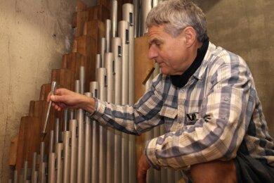 Mit einem Stimmhorn prüft Intonateur Matthias Ullmann nach dem Einbau der Orgelpfeifen noch einmal den Ton.