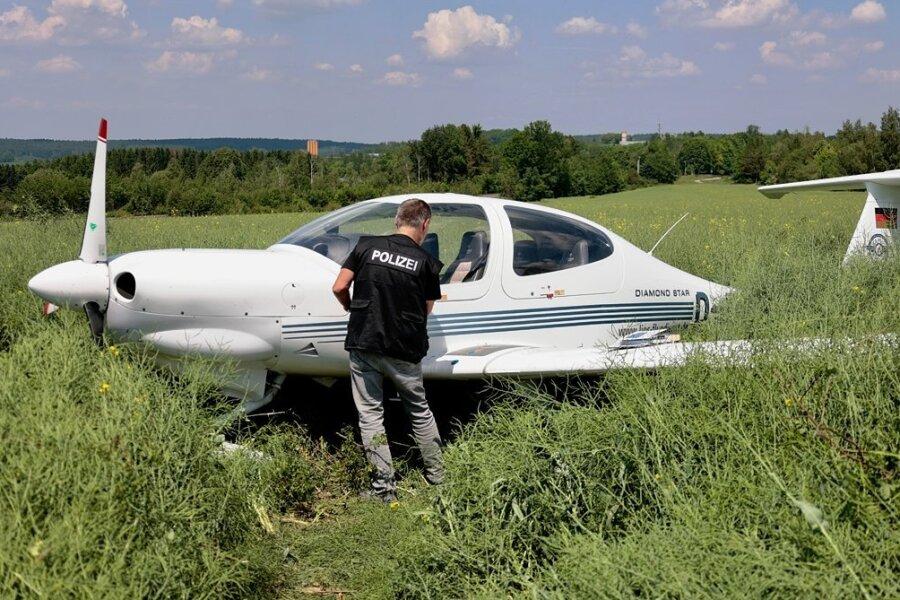 Flugzeug landet nach missglücktem Anflug neben dem Auerbacher Flugplatz