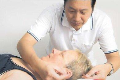 """Hier eine Nadel, dort ein Stich: Wenn sich Sabine Vogel in die Hände von Zhigang Geng begibt, sieht sie ein bisschen aus wie ein Igel. Vom Kopf über Bauch und Rücken bis zu den Füßen ist sie mit Nadeln gespickt. Die 55-jährige gebürtige Berlinerin leidet seit vielen Jahren an Multipler Sklerose. Zurzeit weilt sie zu einer dreiwöchigen TCM-Kur im Gesundheitszentrum Raupennest in Altenberg - """"um neue Reize zu setzen"""", wie sie sagt. Zum Programm gehören neben der Akupunktur auch Tuina-, Schröpf- und Fußreflexzonenmassagen sowie Moorbäder. Die Kosten - 127 Euro pro Tag inklusive Vollpension - zahlt sie aus eigener Tasche. Schon nach den ersten Behandlungen habe sie gespürt, wie gut ihr die Akupunktur tut."""