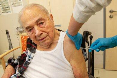 Der 85-jährige Gotthold Schönfuß war am Freitag der erste Bewohner einer Pflegeeinrichtung im Vogtland, der gegen das Corona-Virus geimpft wurde. Den Pieks mit der Nadel nahm er gelassen hin.