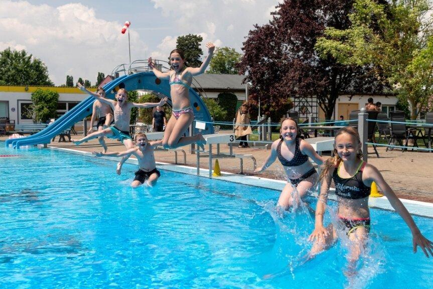 Badespaß im Rochlitzer Stadtbad bei 24 Grad Wasser- und 26 Grad Lufttemperatur im Juli. Doch danach schlug das Wetter um und sorgte für einen Besucherrückgang.