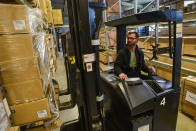 David Rüdiger, Chef der Burgstädter Firma Sixtys, transportiert mit seinem Gabelstapler Kisten. Viele Regale bleiben aber wegen der Krise leer.