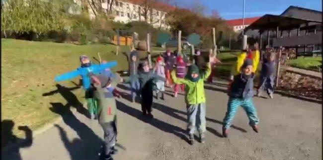 Die Knirpse vom Johanniter-Kinderland in Aue hatten Spaß beim Tanzen zum Jerusalema-Song.