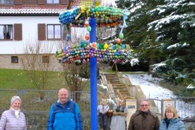 Haben den Friesener Osterbaum aufgestellt: Eleonore und Roland Kober (links) sowie Harald und Barbara Meckel.