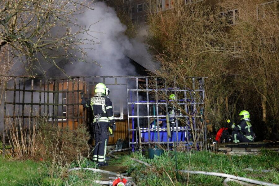 Laube in Gartenanlage Geibelhöhe brennt