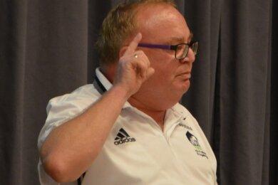 In gewohnt lautstarker Manier informierte Jörg Prager, Vorsitzender des KVF Erzgebirge, die anwesenden Vereinsvertreter über den Stand der Dinge. Dabei scheute er sich nicht, den Finger in die Wunde zu legen.