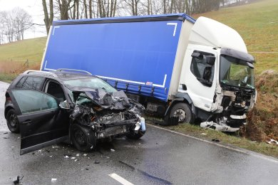 Ein Laster stieß auf der S283 mit einem Pkw zusammen.