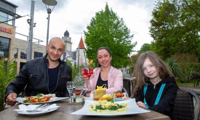 Maurizio, Maria und Davina zählten am Pfingstmontag zu den ersten Gästen im Außenbereich des Plauener Theatercafés. Von Anfang an gibt es hier wieder das volle Sortiment der Speisekarte.