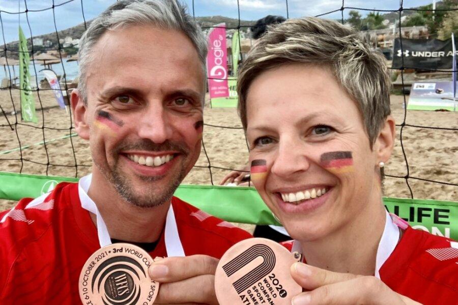 Das sind die guten Stücke: Die Freude über die Bronzemedaillen ist Kristin und André Glöckner anzusehen.
