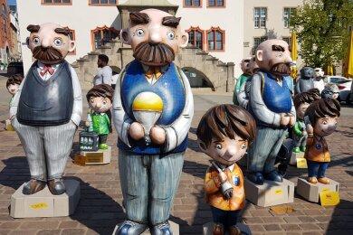 Seit Dienstag schmücken 15 Vater-und-Sohn-Figuren Plauen.