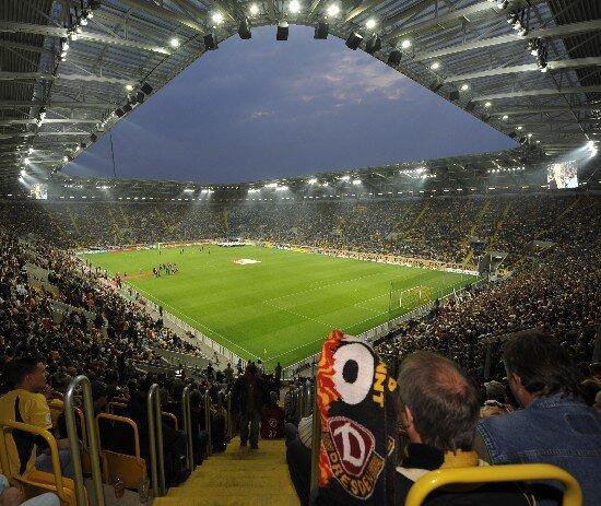 32.000 Fußballfans waren bei der Wiedereröffnung des Rudolf-Harbig-Stadions in Dresden dabei.