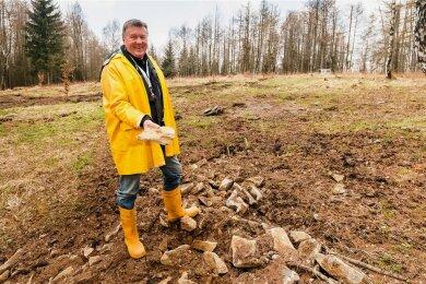 """Die Menge an Bruchsteinen im Gebiet des """"Weißen Steins"""" in Deutschkatharinenberg sind für Heinz-Peter Haustein kein Zufall."""