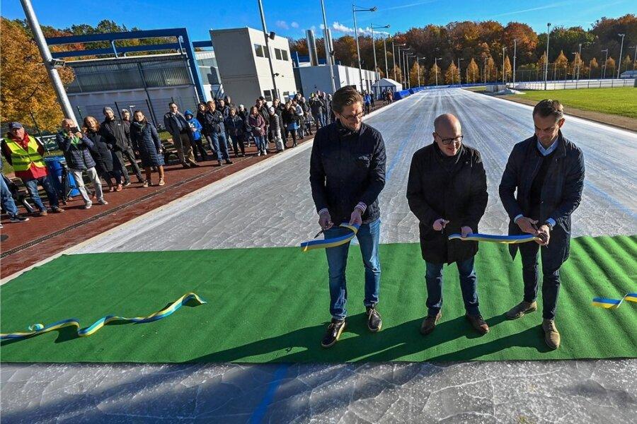 Der Eissportkomplex im Küchwald hat seit Sonntag ein neues Eisoval. Die 400-Meter-Bahn wurde von Marcel Brandt, Vizepräsident des Eisschnelllaufclubs, Oberbürgermeister Sven Schulze und Sascha Brandt, Geschäftsführer der Eissport- und Freizeit-Gesellschaft (von links), eröffnet.