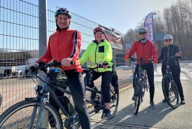 Kurzer Stopp des E-Bike-Tandems zwischen Reichenbach und Mylau. Annemarie Bertram und Rolf Goldhahn mit ihren Freunden Inge und Harry Müller während einer kleinen Vogtlandrunde.