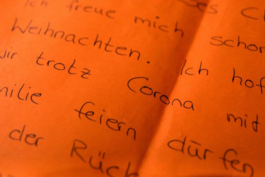 Der Brief eines Kindes, in dem es sich wünscht, trotz Corona mit der Familie Weihnachten zu feiern, liegt auf einem Tisch in der Weihnachtspostfiliale.
