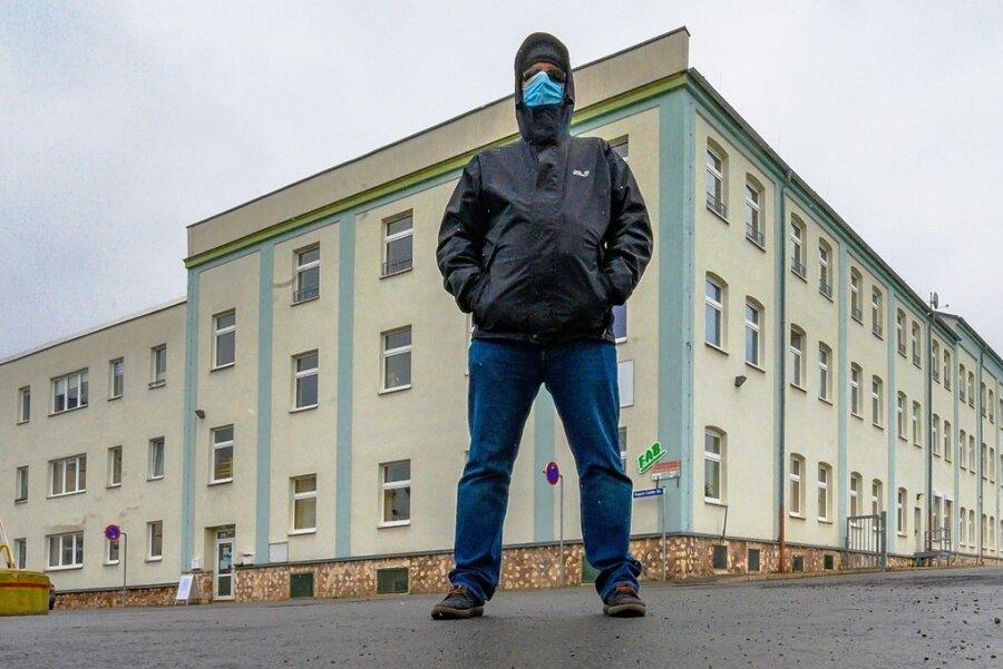"""Gewalt erzeugte Gewalt: Gunnar L. steht in Crimmitschau vor dem Gebäude, in dem der Jugendwerkhof untergebracht war, aus dem er mit 18 entlassen wurde. Seine Gruppe hieß """"Solidarität"""". Der Name war nicht Programm."""